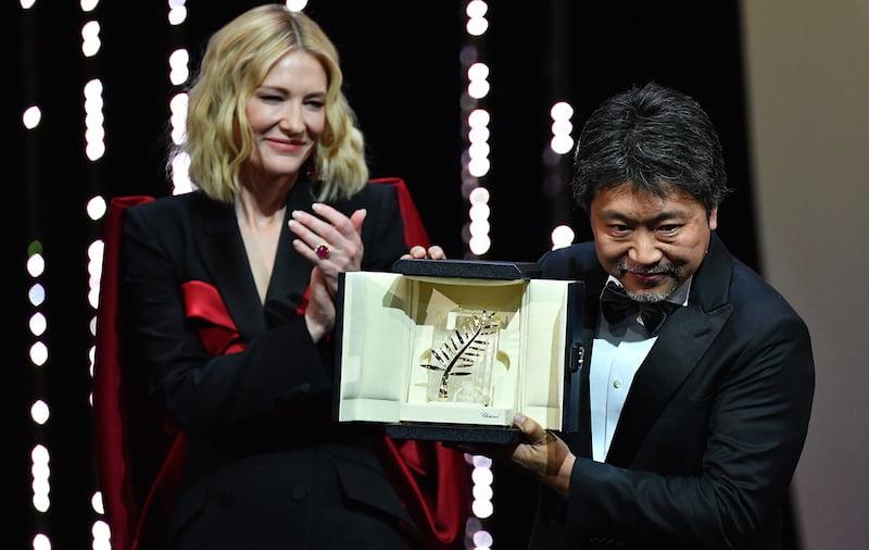 Hirokazu Kore-Eda odbiera Złotą Palmę od przewodniczącej Jury Cate Blanchett / AFP PHOTO / Alberto PIZZOLI