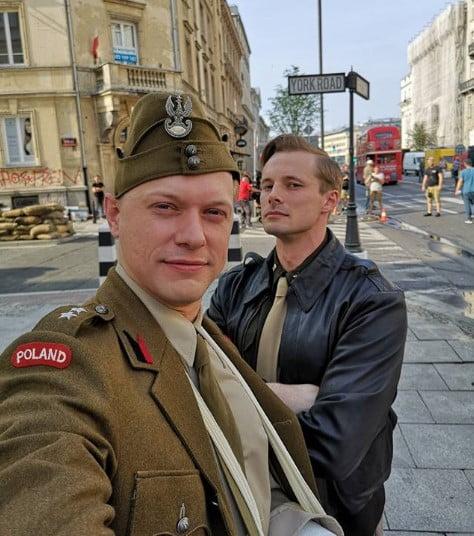 Bradley James i Philippe Tłokiński na planie filmu Kurier Pasikowskiego