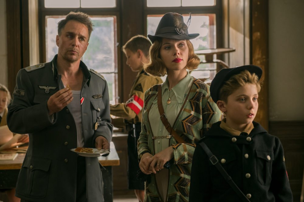 Sam Rockwell, Scarlett Johansson i Roman Griffin Davis w filmie JOJO RABBIT / fot. materiały prasowe