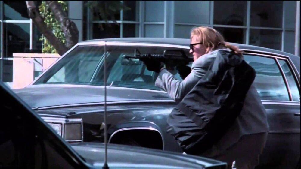 facet w długich włosach strzela zza samochodu w ameryce